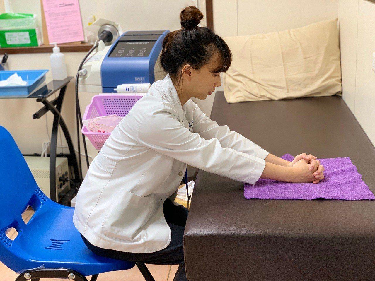 第三招推毛巾運動:坐在桌前,雙手互握置於毛巾上,盡量向前推出。可促進上肢肩胛活動...