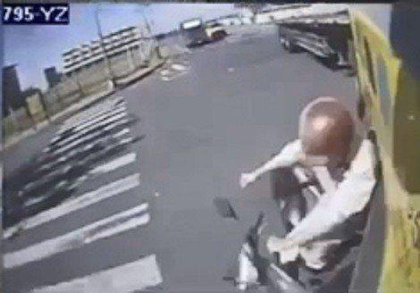 洪姓機車騎士捲入曳引車底。記者林伯驊/翻攝