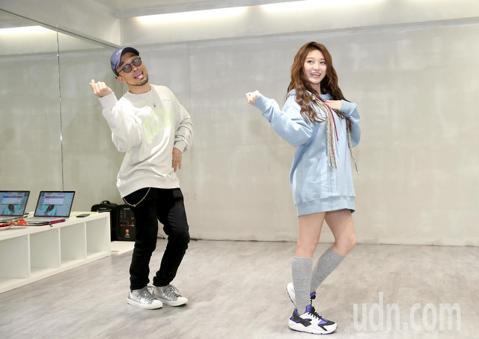 在IG、臉書擁有45萬粉絲的新人歌手祈錦鈅發表新歌《比心小幸福》,找來濱崎步舞蹈老師Zin編舞,被笑說舞蹈初學者的她跳起來像在打太極,但老師仍誇她有天份。