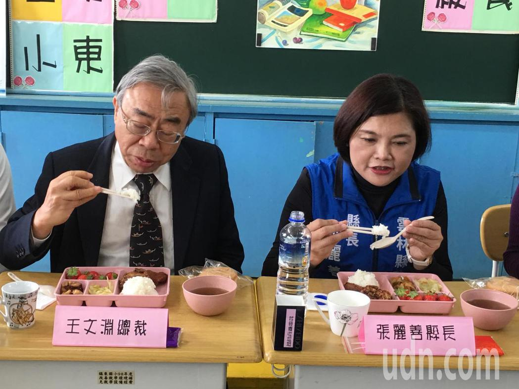 台塑企業總裁王文淵(左)允諾補助雲林縣國中小學營養午餐每年8500萬元經費,今天...