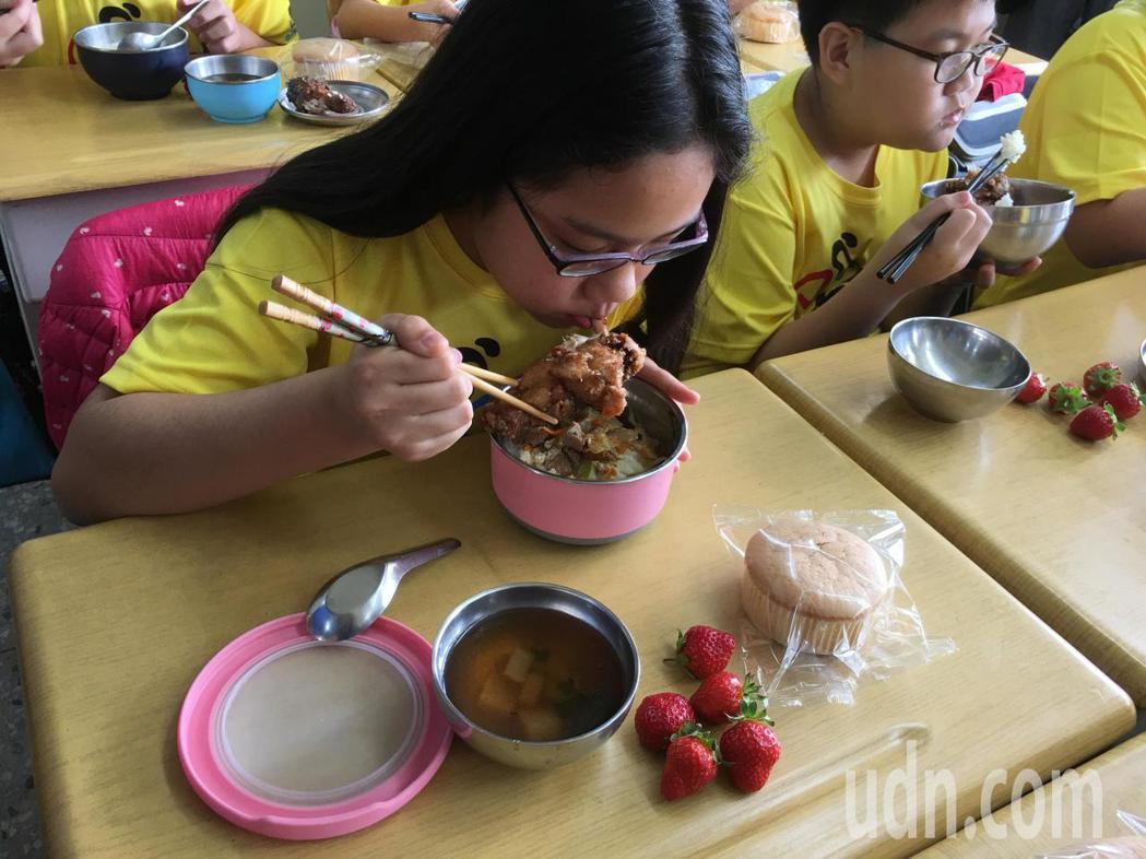台塑企業總裁王文淵今天到鎮東國小與小朋友共餐,補助後的營養午餐有洋蔥豬柳、炸雞腿...