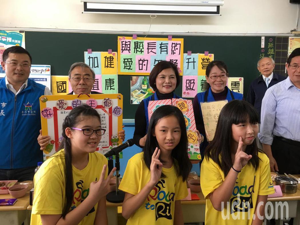 台塑企業總裁王文淵(後排左二)允諾補助雲林縣國中小學營養午餐每年8500萬元經費...
