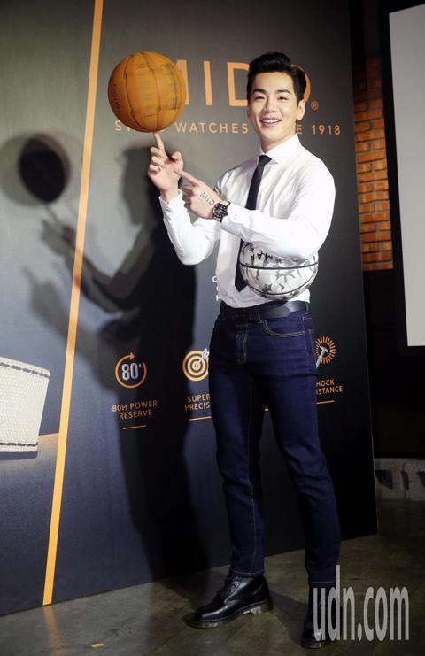 禾浩辰今天出席MIDO 美度表上市記者會,脫下外套秀出一手籃球絕活。