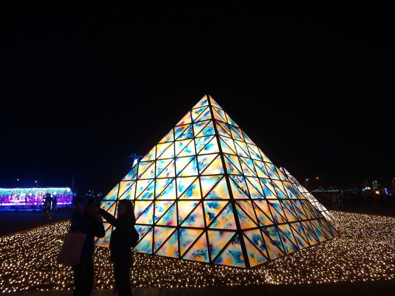正在屏東大鵬灣舉行的台灣燈會,佳評如潮。記者翁禎霞/攝影