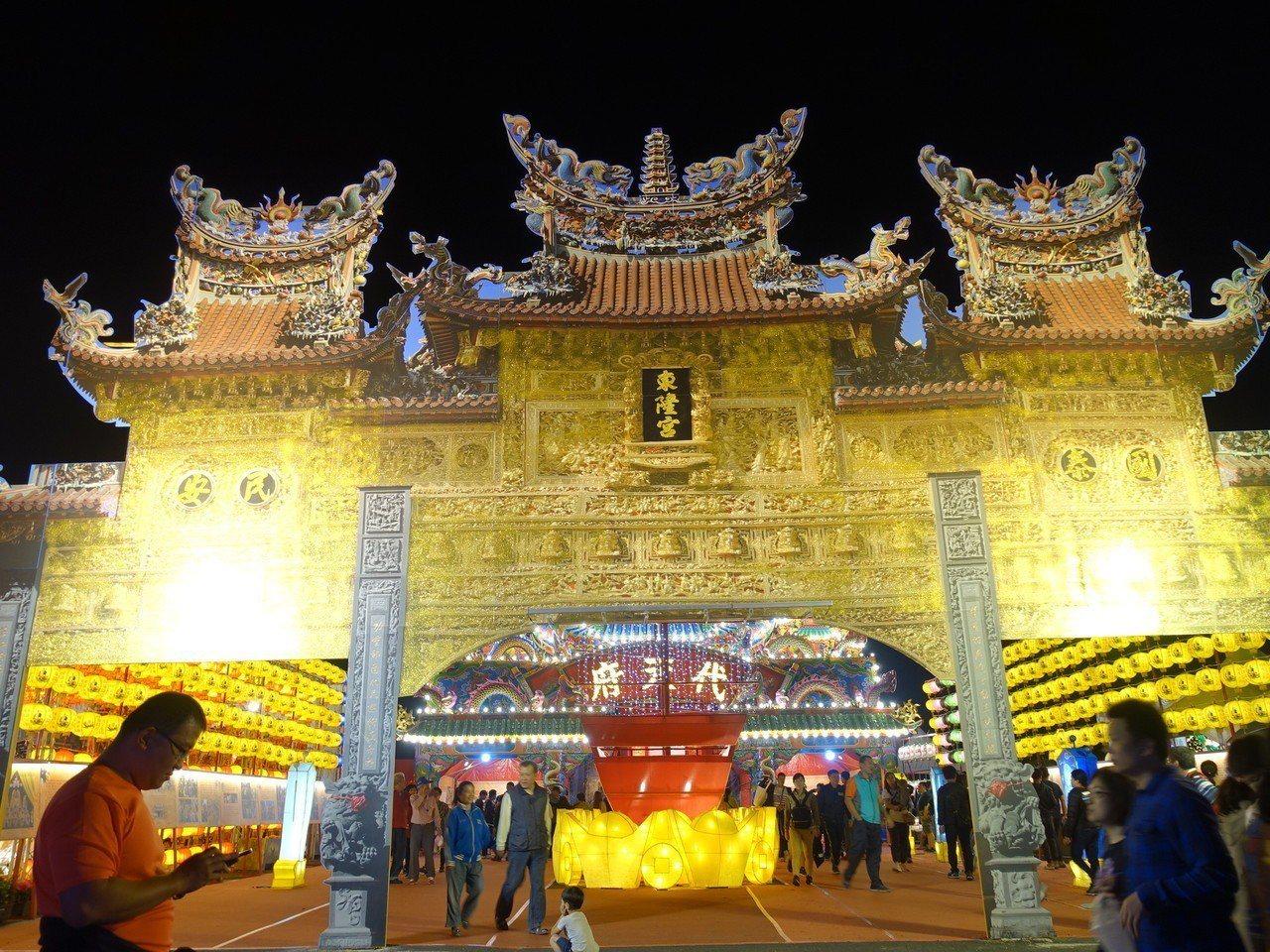 正在屏東大鵬灣舉行的台灣燈會,佳評如潮,圖為宗教燈區。記者翁禎霞/攝影