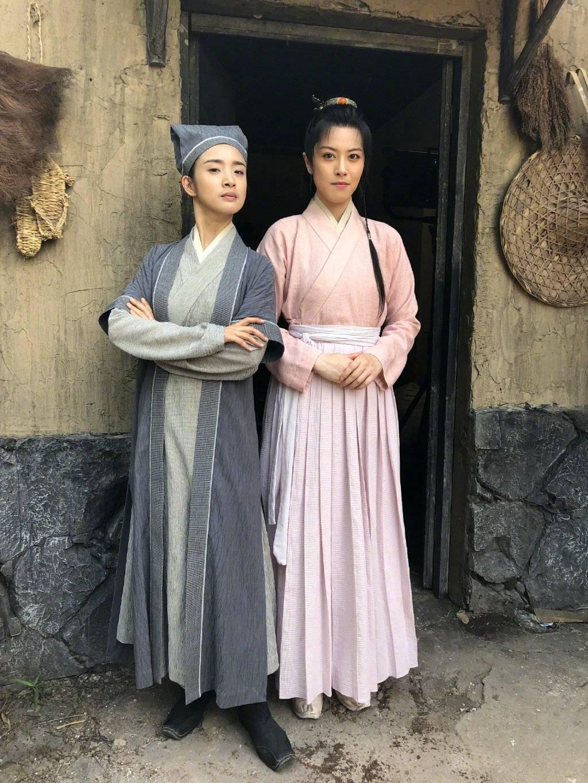 林依晨(左)與邢恩在「小女花不棄」中男裝、女裝模樣。圖/摘自微博