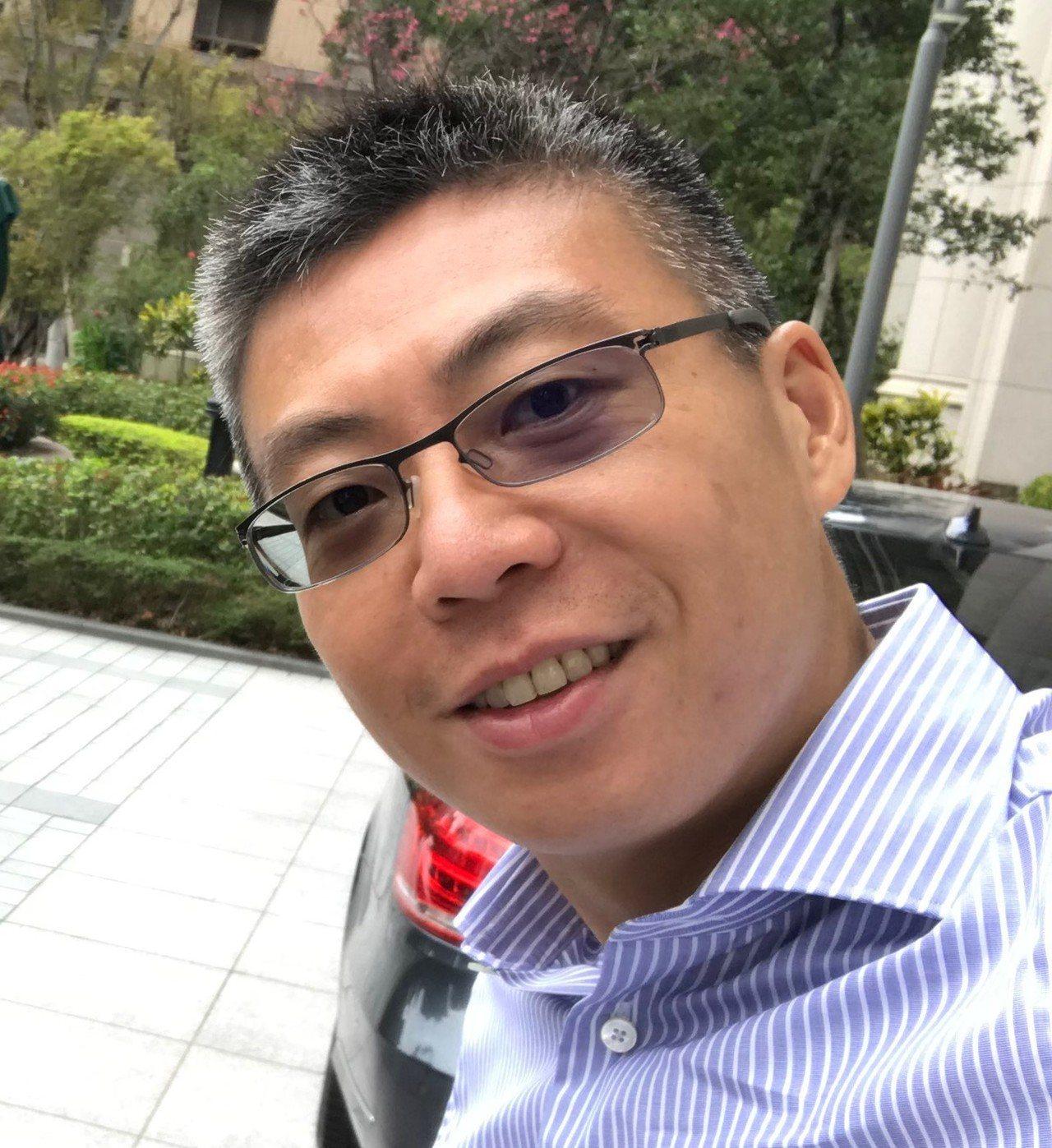 寶佳集團少東林家宏在台北美福大飯店前的自拍照。林家宏/攝影