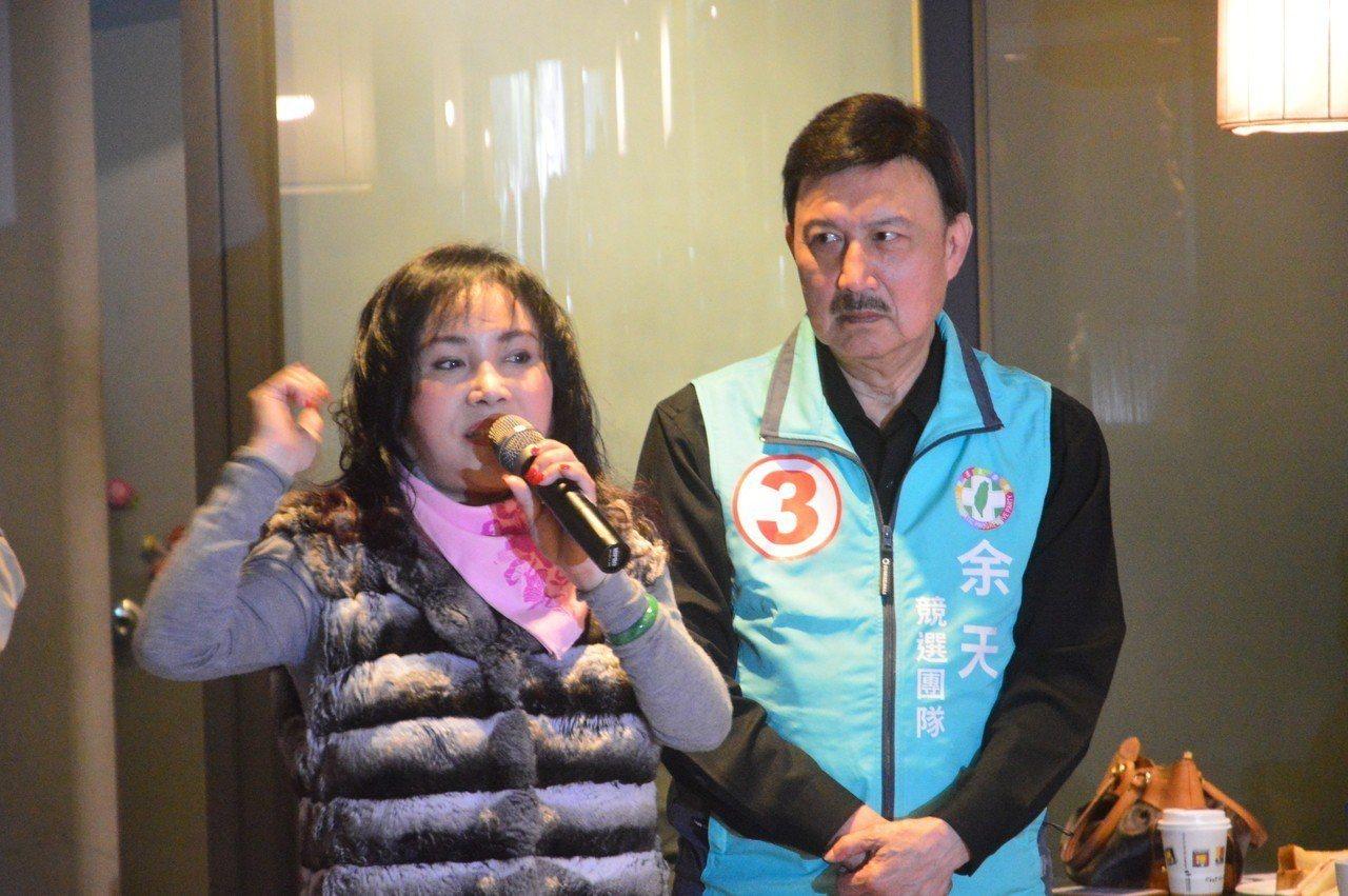 李亞萍說余天不是好老公,余天嘟嘴抗議。記者施鴻基/攝影