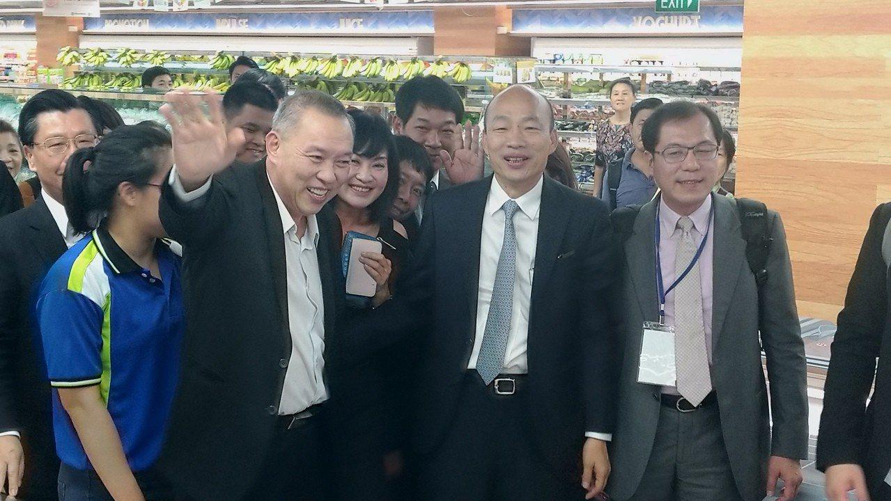 高雄市長韓國瑜(右二)下午與昇菘集團CEO林福星(右三)簽署農產採購合約,並接受...