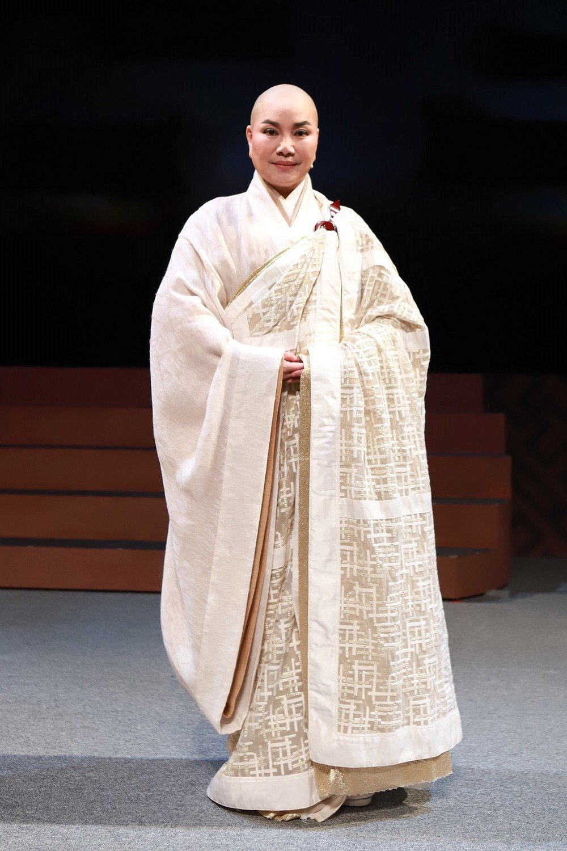 唐美雲在歌仔戲「千年渡. 白蛇」中飾演法海和尚。圖/民視提供