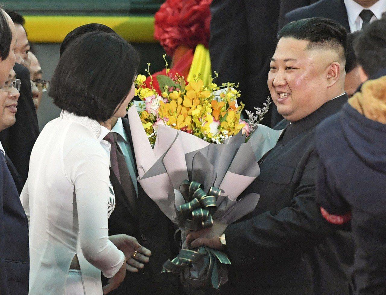 金正恩專列26日上午抵達越南同登車站,越南官員獻上歡迎花束。(美聯社)