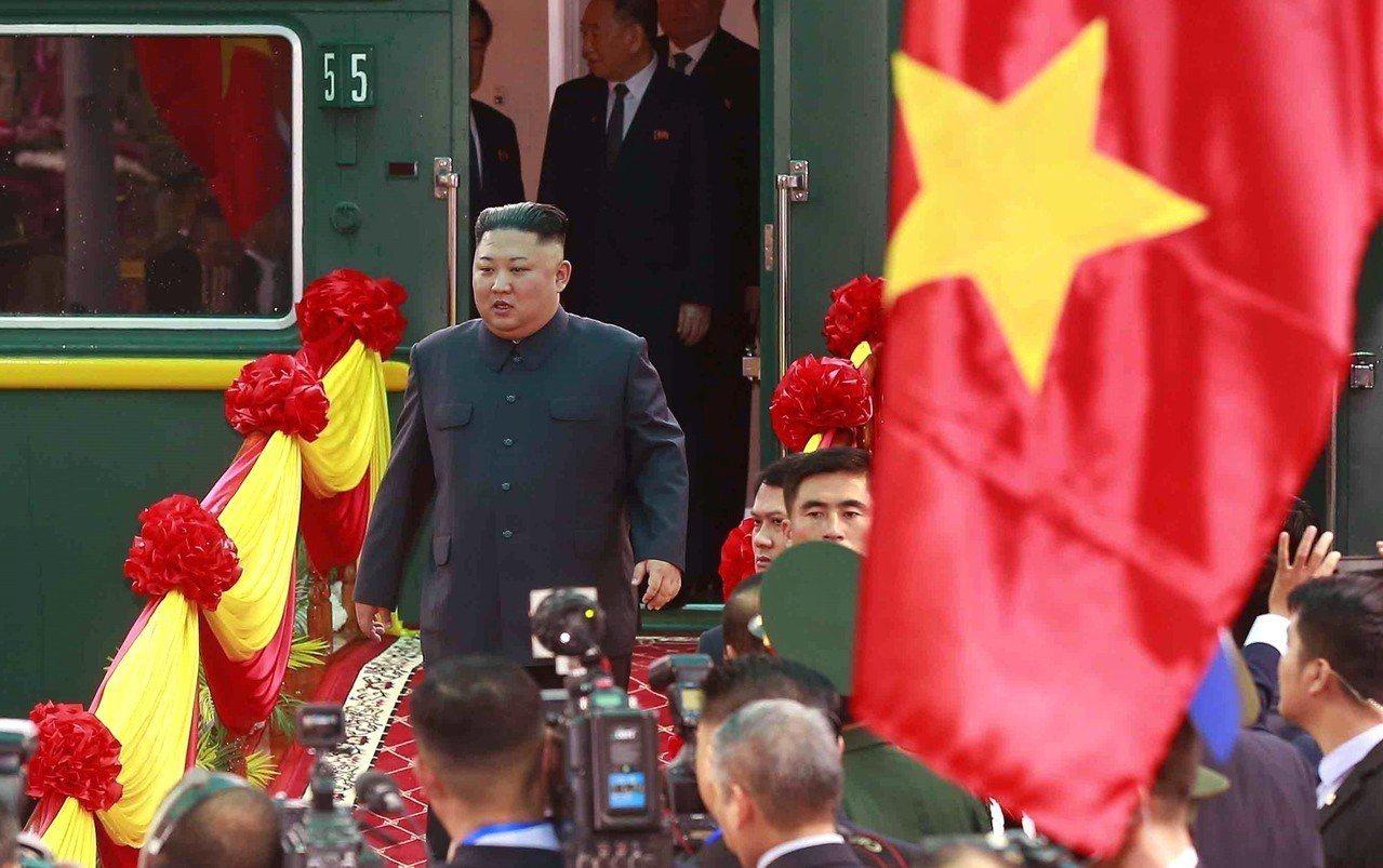 北韓領導人金正恩搭乘專列26日抵達越南同登車站。歐新社