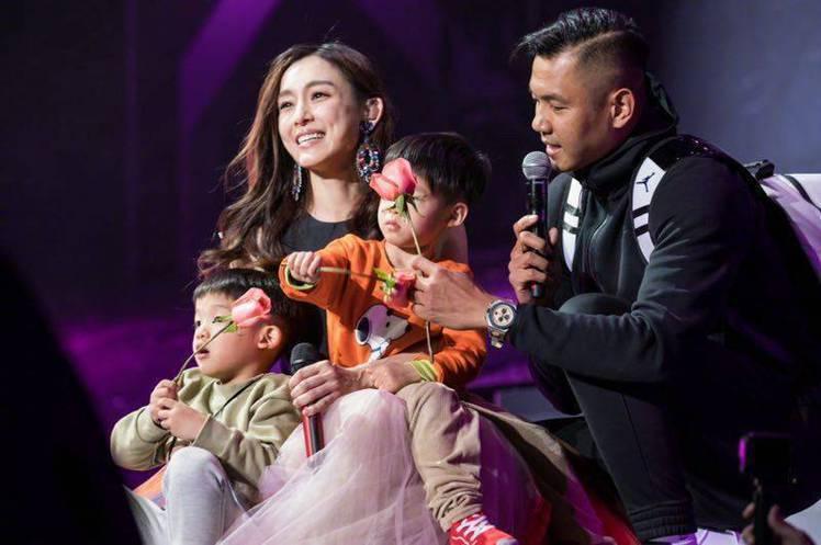 黑人在范范演唱會上帶兒子們獻花。圖/摘自微博