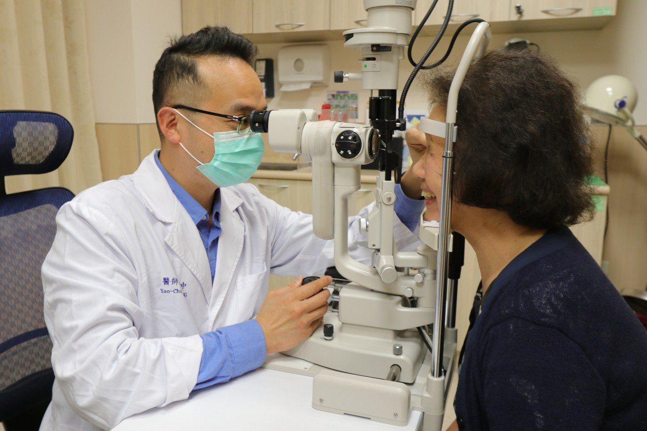 亞洲大學附屬醫院視網膜科主任張耀中指出,民眾一定要對自身的眼睛症狀提高警覺,並儘...
