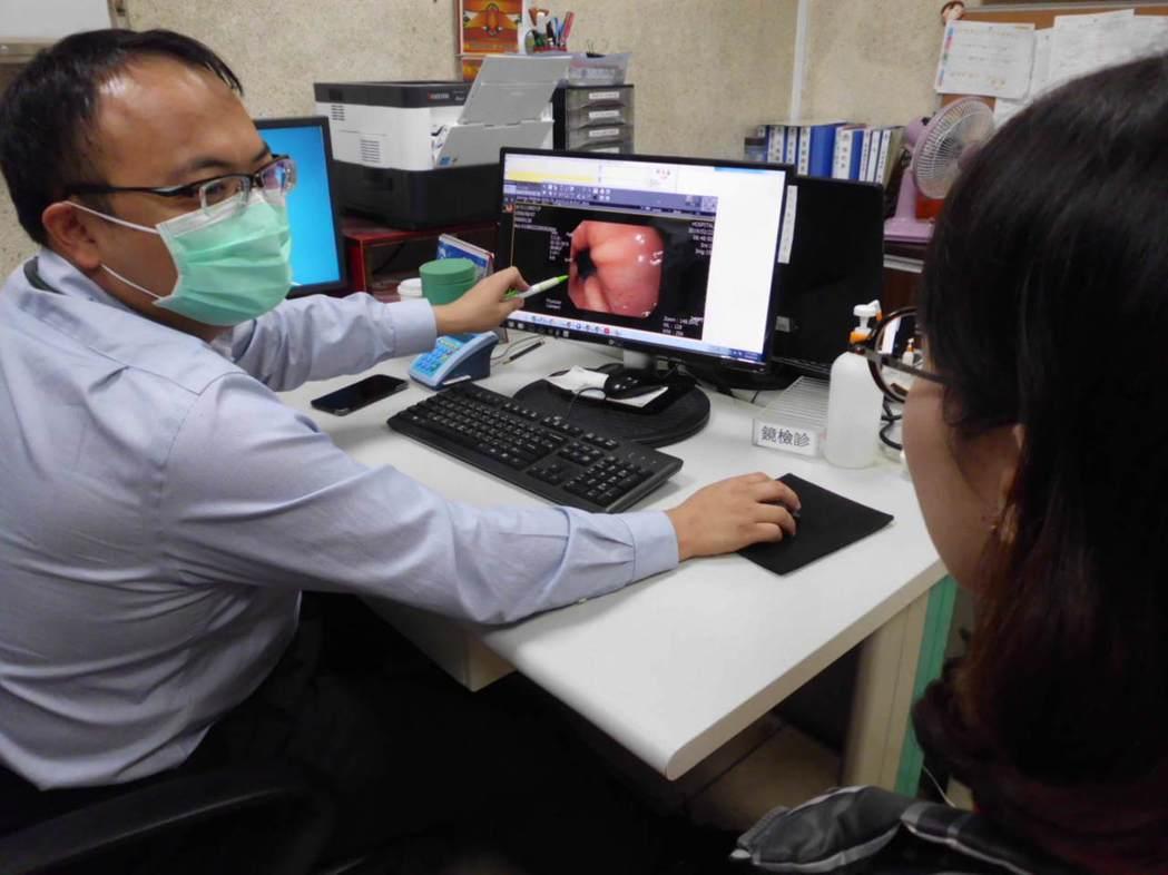 員林市宏仁醫院胃腸肝膽科醫師江明師(左),向病患解說為何腹瀉的原因。記者何烱榮/...
