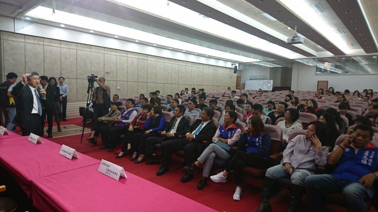 台南市議會30多名議員下午前往高雄捷運考察。圖╱議會提供