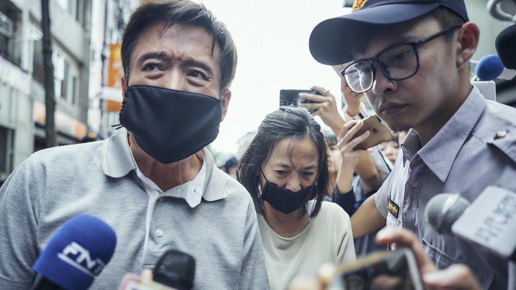 檢場(左)、謝瓊煖(中)演出槍殺案殺人兇手的父母,現身道歉大批媒體搶拍。圖/公視...