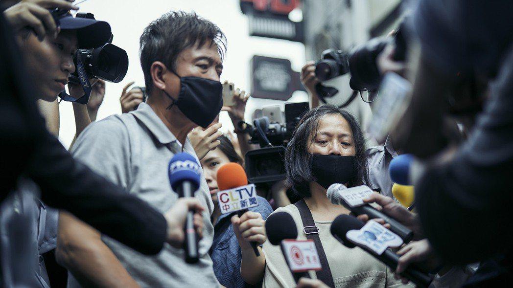 檢場(左)、謝瓊煖演出槍殺案殺人兇手的父母,現身道歉大批媒體搶拍。圖/公視提供