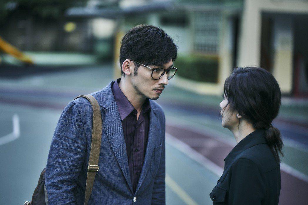 溫昇豪(左)、賈靜雯首次搭檔演夫妻,遭逢喪子意外,關係漸行漸遠。圖/公視提供