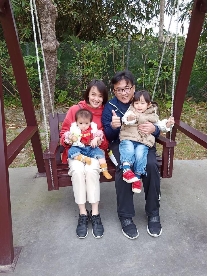 女星黃雨欣與跆拳道教練劉聰達婚後生2女,一家四口十分幸福。圖/摘自臉書