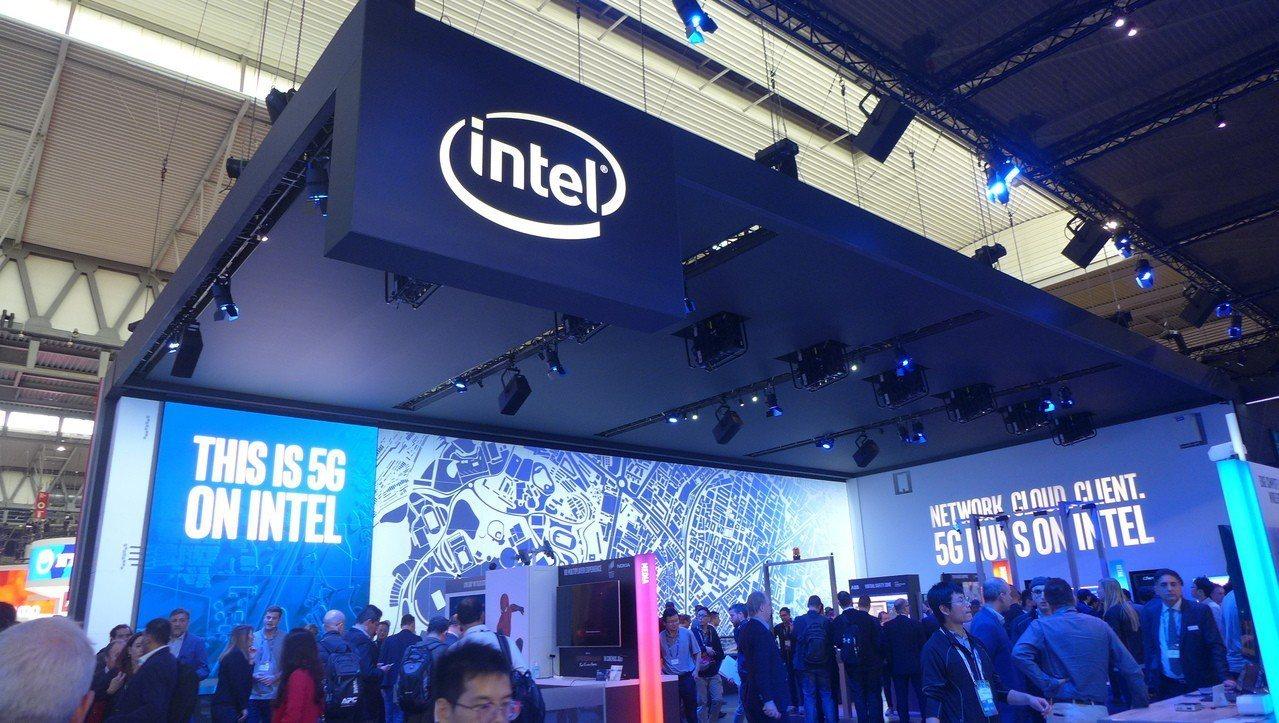 英特爾為晶片大廠,積極耕耘5G相關產品發展,圖為英特爾的MWC展區。記者鐘惠玲/...