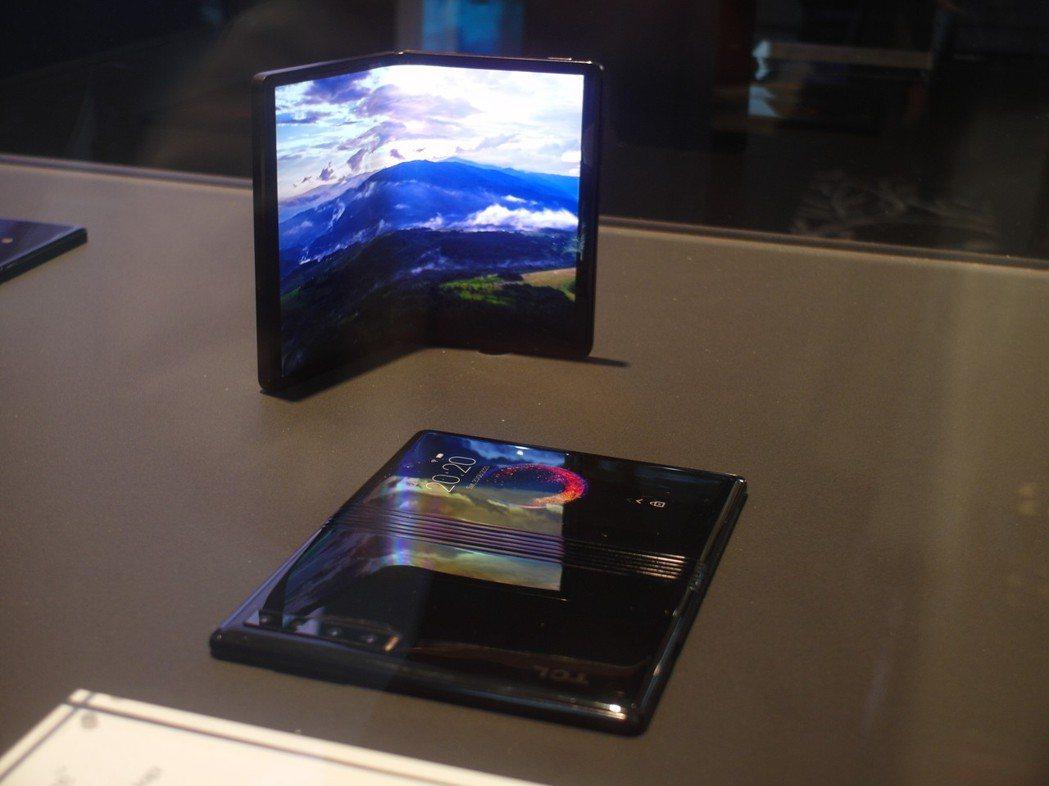 除了三星、華為,TCL在MWC也展示其折疊機的原型機,螢幕打開為7.2吋。記者何...