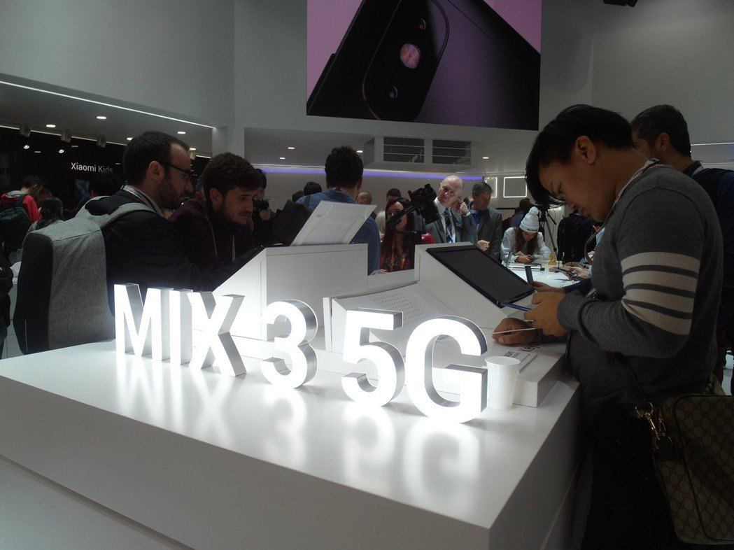 小米宣布推出小米 MIX 3 5G版,售價599歐元起。 記者何佩儒/攝影