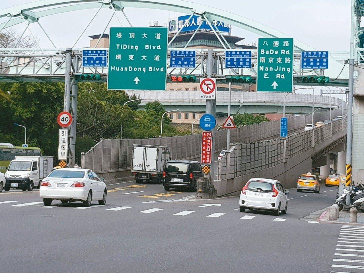 基隆路新交管措施3月12日上路,上班日下午5時到7時,松隆路口前地下道往北車流僅...