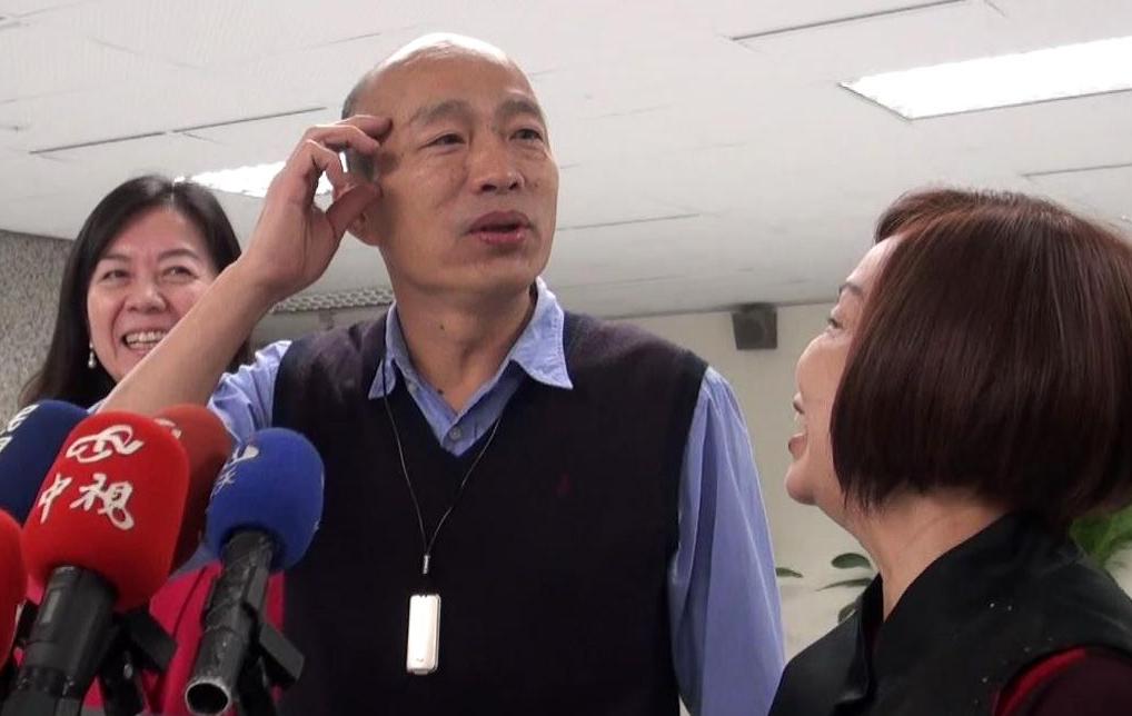 高雄市長韓國瑜(中)被問到選總統的話題,常回答「頭好暈」、「頭好昏」轉移話題。 ...