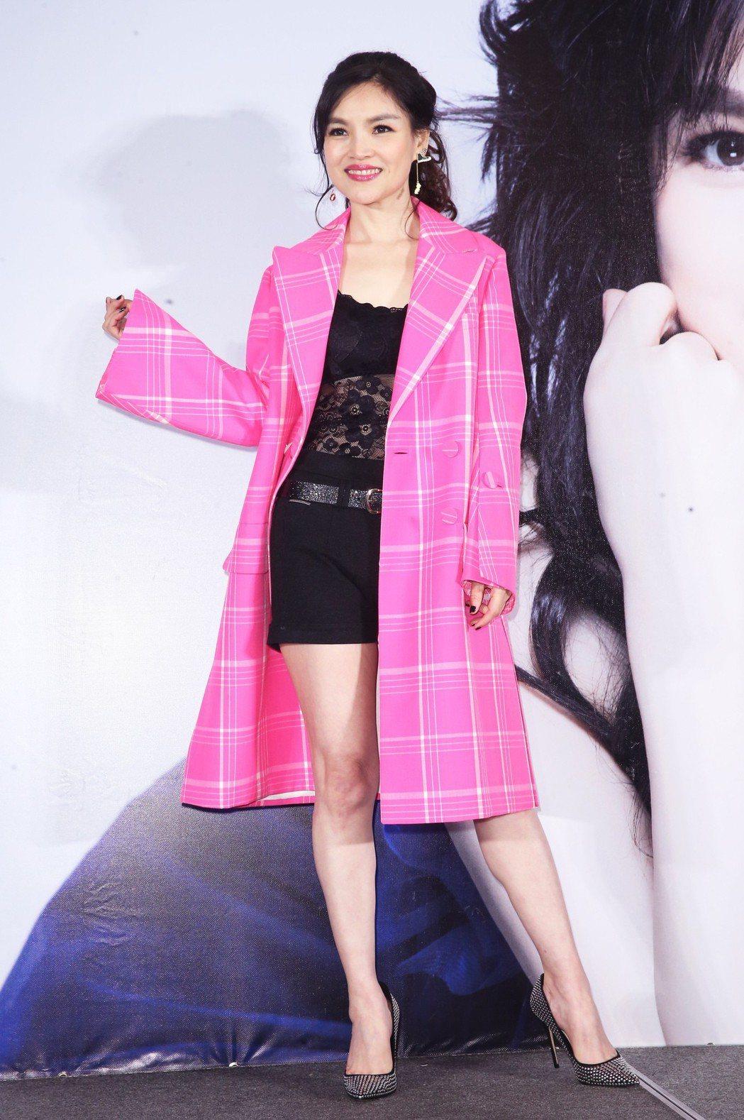 台語女歌手談詩玲推出新專輯《月情思曲》。記者徐兆玄/攝影