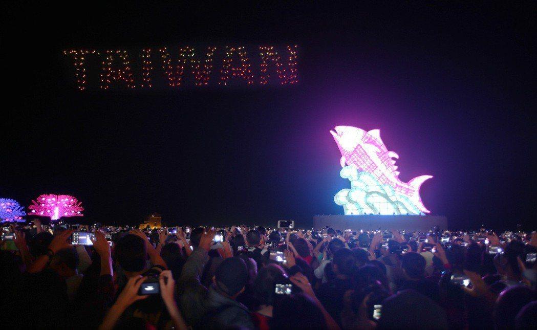 300架無人機在空中飛出TAIWAN圖形,帶起燈會首波話題。 記者劉學聖/攝影