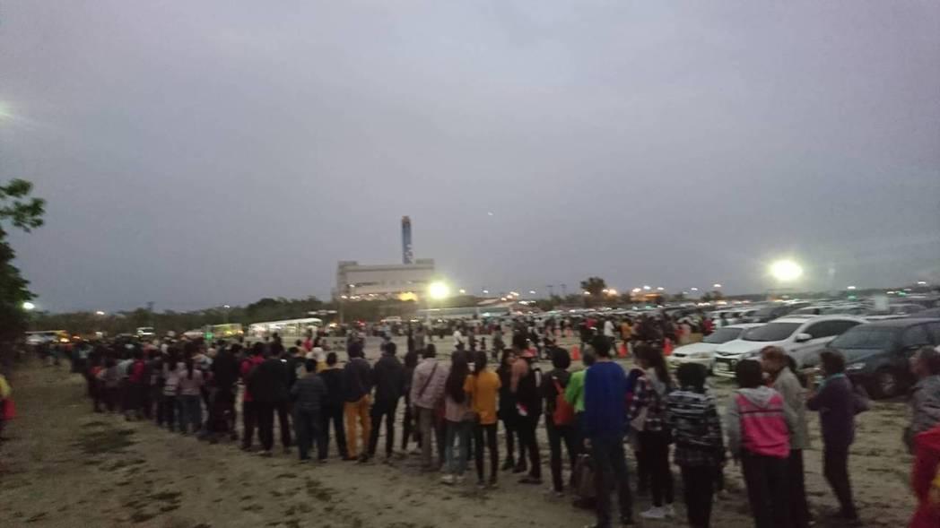 台灣燈會爆人潮,遊客在停車場大排長龍。 圖/讀者提供