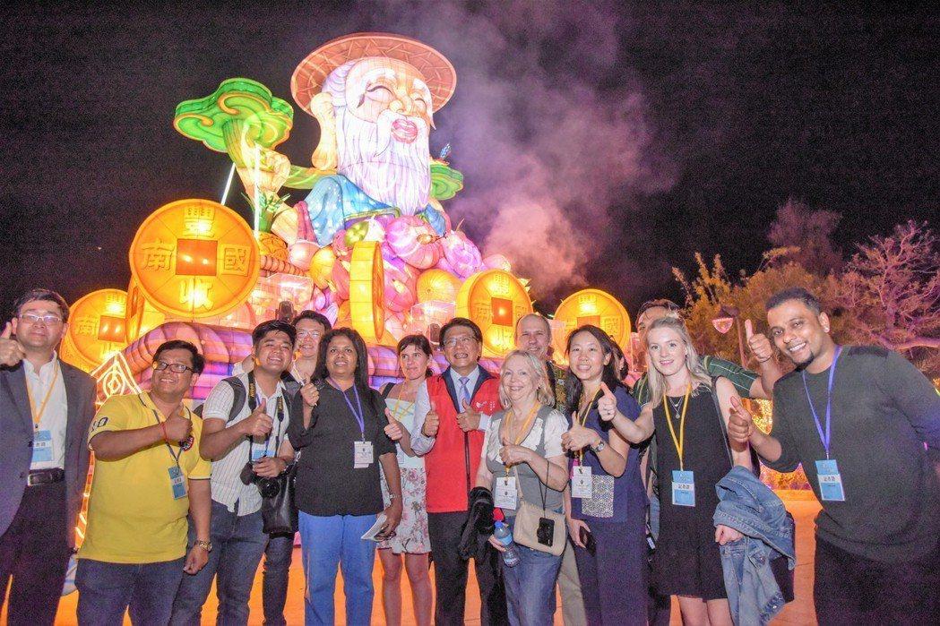 台灣燈會吸引世界20國132名記者來台採訪,屏東縣長潘孟安(中)親自導覽,帶外媒...
