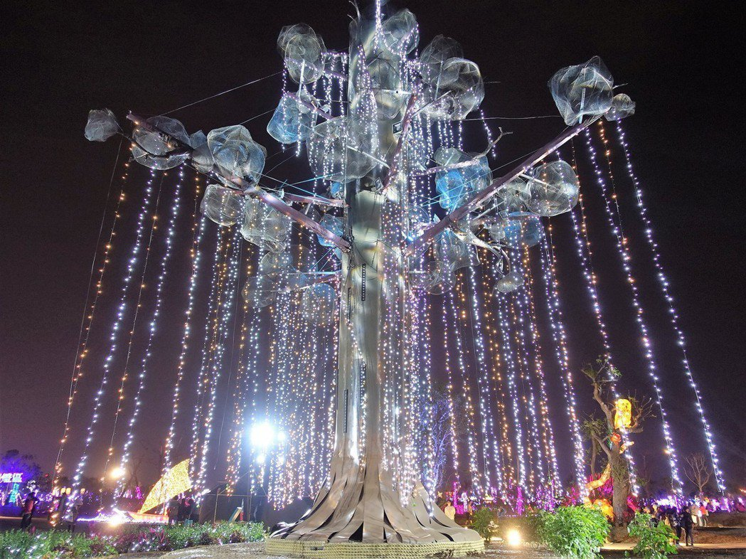台灣燈會南島原鄉燈區的生命樹,燈光秀十分吸睛。 記者翁禎霞/攝影