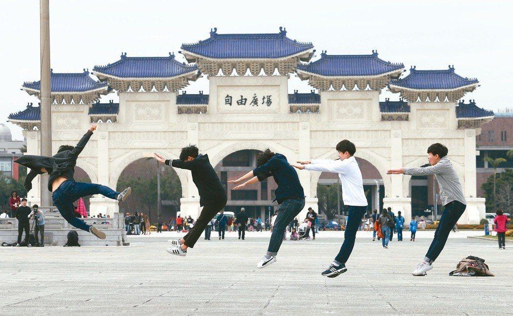 觀光客在中正紀念堂擺出跳躍姿勢。圖/聯合報系資料照片