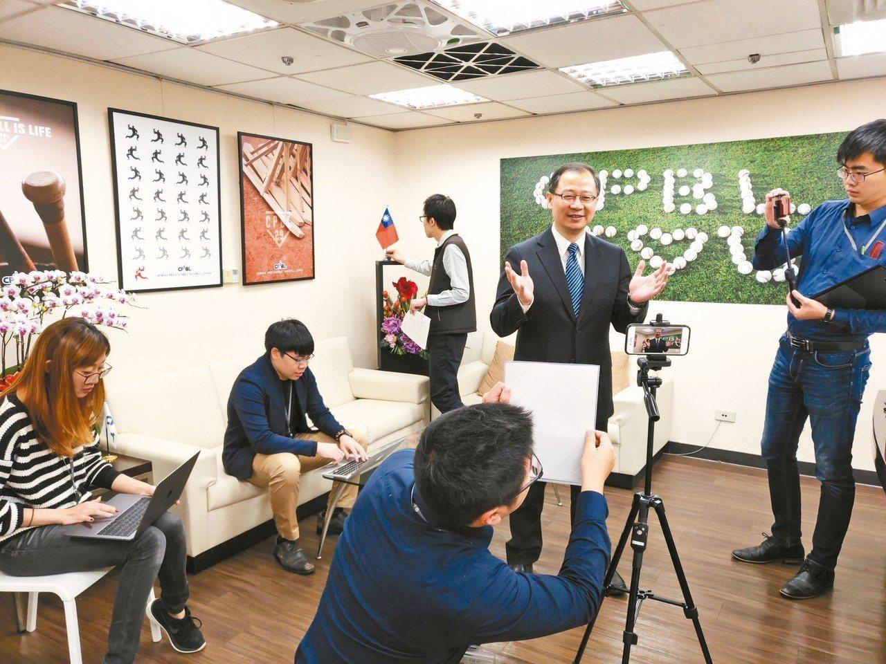隨著政壇吹起小編、實習生浪潮,吳志揚透露,韓國瑜女兒韓冰就曾在他的辦公室短期實習...