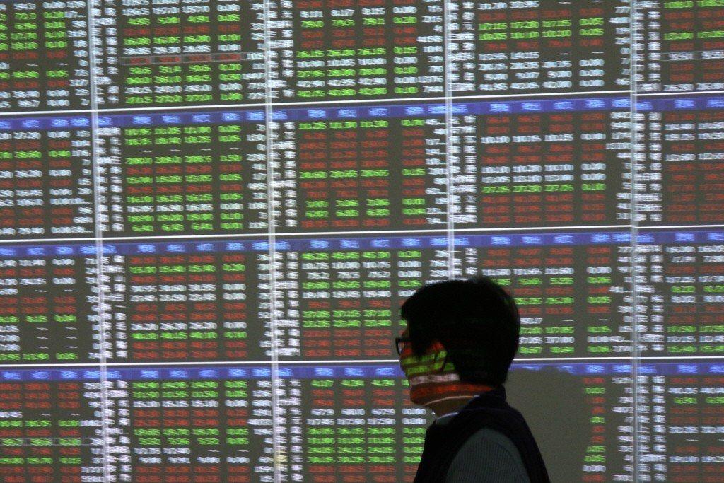 台股指數今日盤中下跌超過百點並向下測試月線支撐。 聯合報系資料照/記者蘇健忠攝影