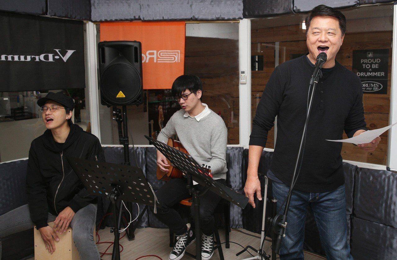 宣布參加國民黨總統初選的前台北縣長周錫瑋上午組Band練唱,希望以全國走唱的方式...