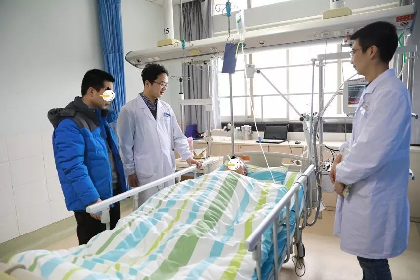 王爺爺出院前,胡笑容醫師(圖中左二)看望患者。圖取自三甲傳真