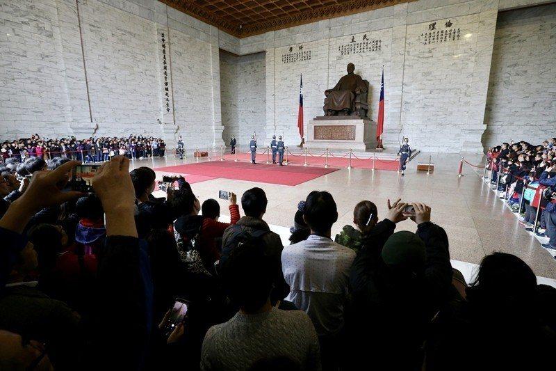 2018年12月,促轉會對中正紀念堂提出解除地景威權性格等五項原則,並舉例可撤除三軍儀隊。 圖/聯合報系資料照