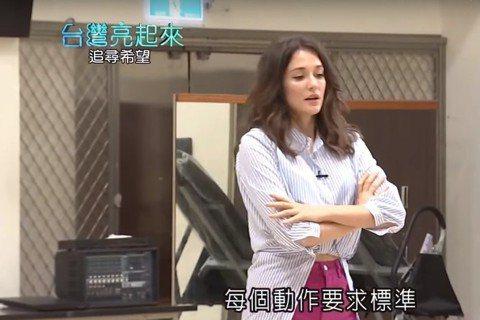 烏克蘭美女瑞莎來台打多年,不僅成為台灣媳婦,日前更成功入籍,正式成為台灣人,而她愛台灣的心還不僅如此,曾是體操選手的她,早前在節目「台灣亮起來」專訪中透露,雖然自己因傷退出體壇,但仍希望將自己過往的...