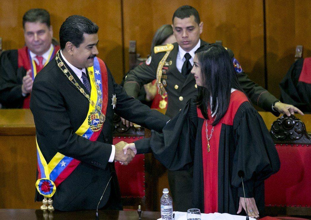 馬杜羅公然跨越憲政規範、與最高法院串謀的種種行徑,使國家權力向總統一端極度傾斜。...