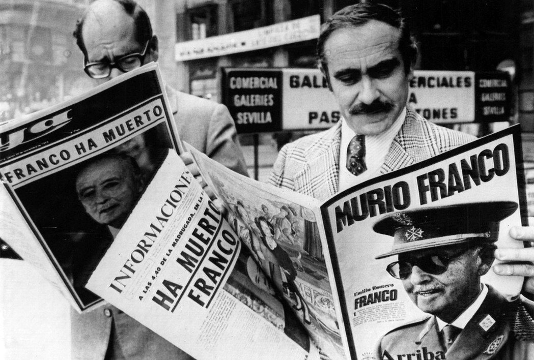 1975年11月20日,馬德里的街頭,西班牙的民眾正讀到「佛朗哥逝世」的訃聞快報...