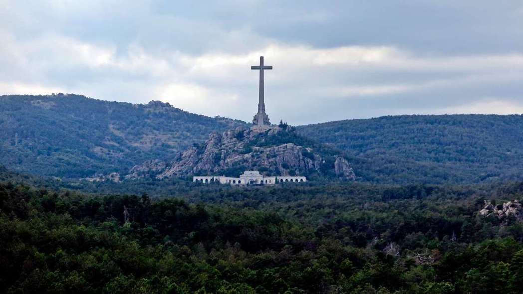 「烈士谷」位於馬德里北郊50公里,其頂上150公尺高的十字架,據說30公里外都看...