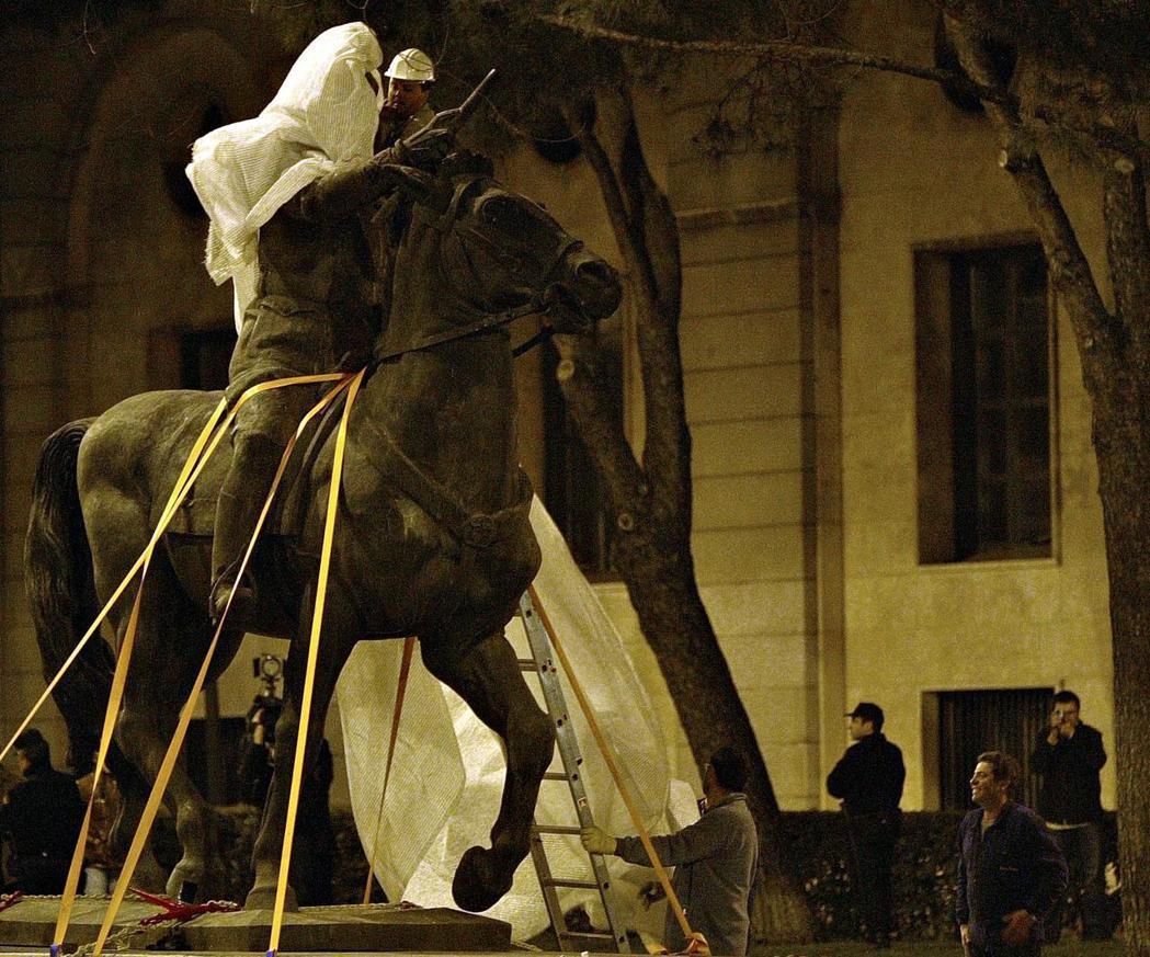 《歷史記憶法》的初期命令是更換街道名稱、拆除銅像,但長期政策則是否定佛朗哥統治的...