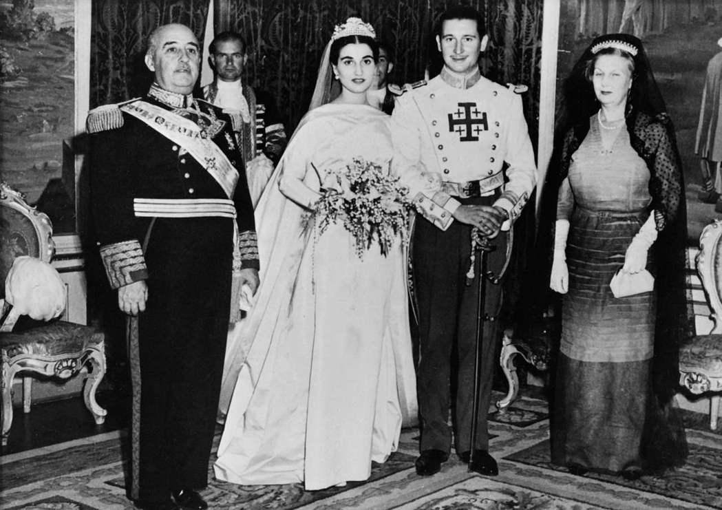圖為1950年,佛朗哥(左)主持獨生女卡門(中左)的婚禮。在佛朗哥死後,卡門也成...
