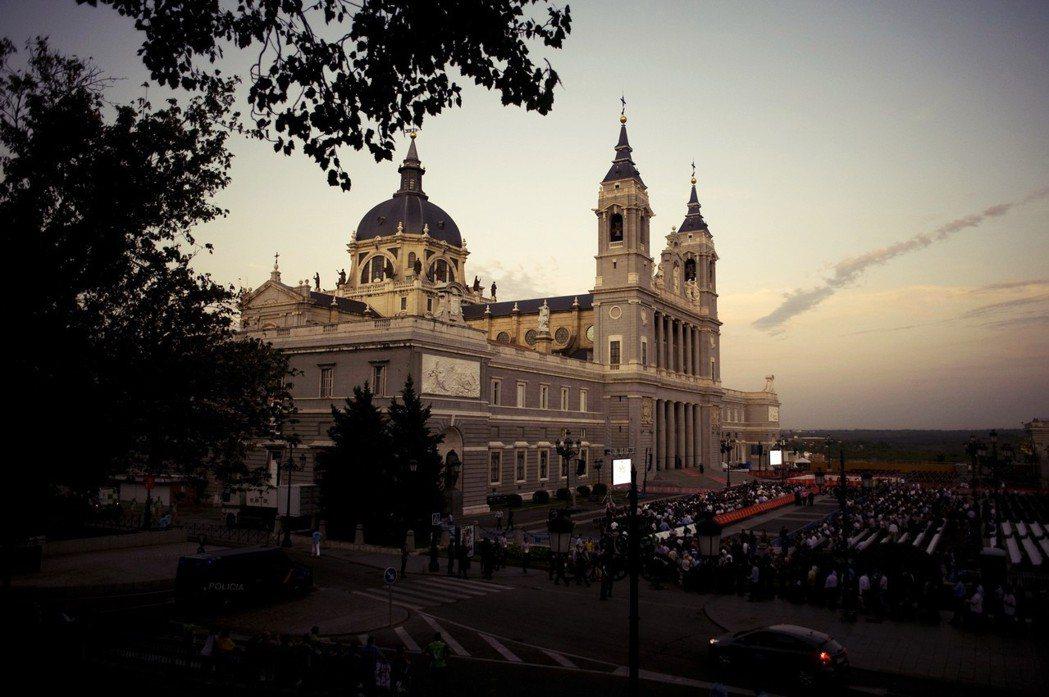 阿穆德納主教堂正坐落於「馬德里王宮」——西班牙國王的正式駐地——正對面。若是「獨...