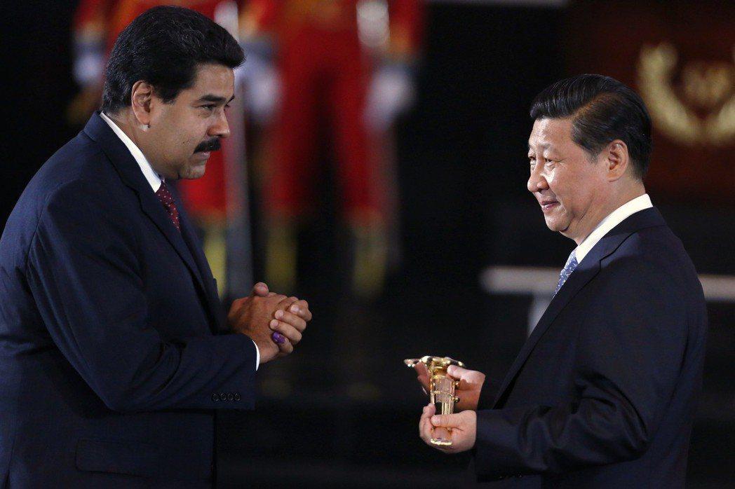 查維茲轉向北京這個「社會主義兄弟」,將石油出口地轉向中國,並且透過固定價格的方式...