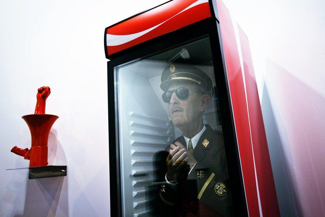 這是西班牙藝術家Eugenio Merino的作品,把佛朗哥放進冷凍庫、諷刺西班...