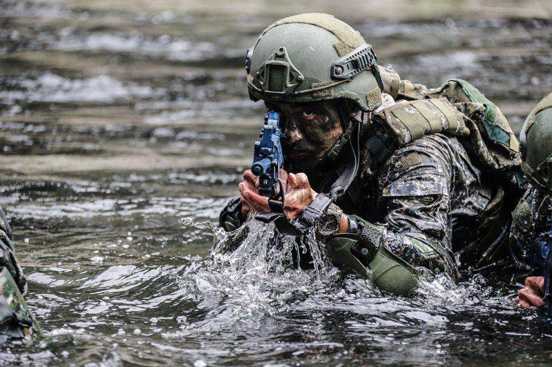 陸軍突擊兵幹部訓練班綜合測驗,官兵以武裝泅渡方式,朝目標區前進。圖/軍聞社提供